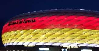 Allianz Arena, estadio del Bayern Munich con luces de la bandera alemana