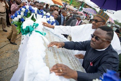 President Buhari unveiling the plaque with Governor of Cross River Prof. Ben Ayade during the Ground Breaking Ceremony of the 260km Super Highway from Calabar to Northern Nigeria on 20th Oct 2015. Photo credit: vanguardngr.com