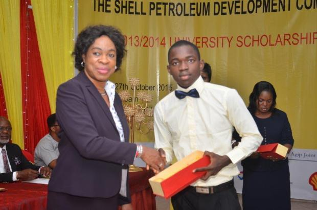 Social Performance and Social Investment Manager, Shell Petroleum Development Company of Nigeria JV, Gloria Udoh presenting a prize to one of the beneficiaries of the 2013/2014 SPDC JV University Scholarship, second year student of Medicine and Surgery, University of Ibadan, Samson Okubanjo at the award ceremony in Port Harcourt recently.