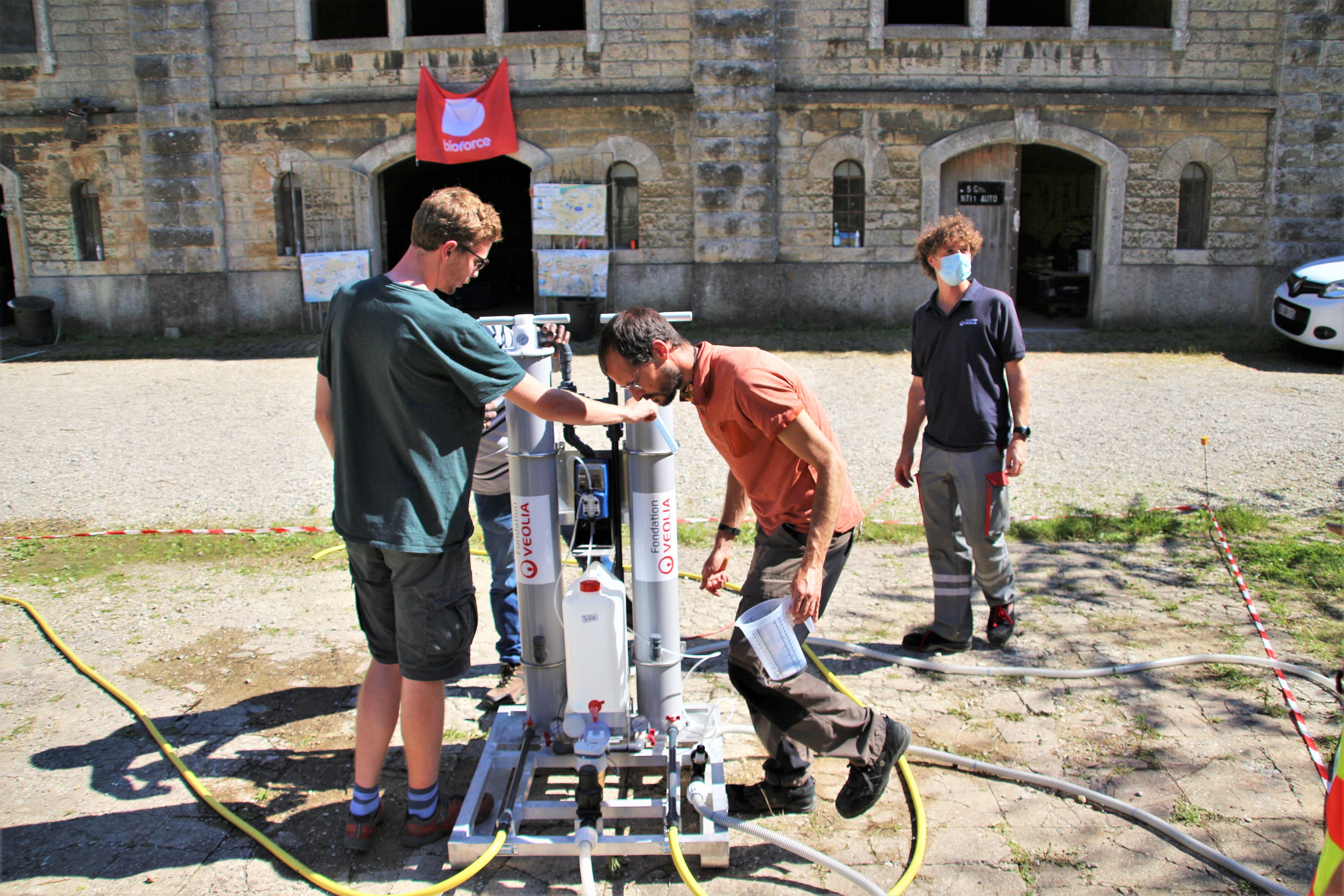 Bioforce et la fondation Veolia forment des étudiants à la production d'eau potable en urgence