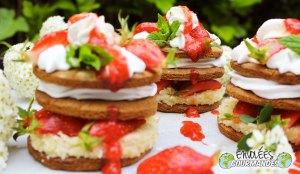 Mille feuille de fraise, chantilly coco, soupe de fraises, sapotille, corossol et menthe