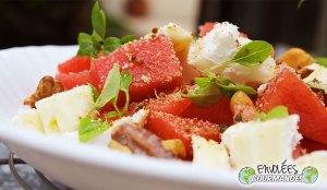 Salade de pastèque aux 2 fromages et granola salé Envolées Gourmandes