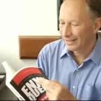 Dr. Alexandre Feldman folhando seu livro Enxaqueca