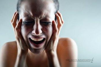 pessoa com sintomas de enxaqueca