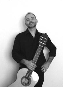 Enzo Crotti con chitarra