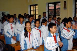 授業のはじまりに手拍子で「青い空は」を歌う子どもたち 2007年