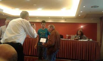 Διομήδης Χατζίδης 94 ετών απονέμει βραβείο στον νεότερο (14) καλύτερο αθλητή της αγωνιστικής αναρρίχησης.