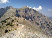 Το πέρασμα στο Λαιμό και στο βάθος αριστερά διακρίνεται η υψηλότερη κορυφη Μύτικας και το Στεφάνι ενώ δεξιά η κορυφή Προφήτης Ηλίας