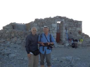 Οι αρχηγοί μας μπροστά στο εκκλησάκι του Προφήτη Ηλία, άλλοτε ναό του Απόλλωνα