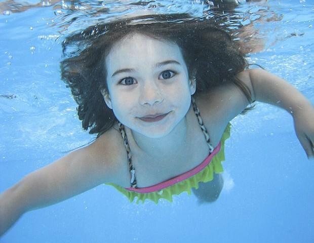 Quando chove é preciso tirar as crianças da piscina e do mar?
