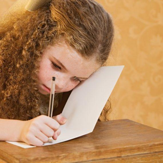 Trocar escrita à mão por digitação pode prejudicar desenvolvimento da criança, diz estudo