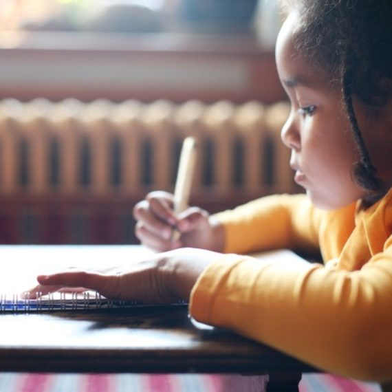Autismo: aprender segunda língua pode ajudar criança, diz pesquisa