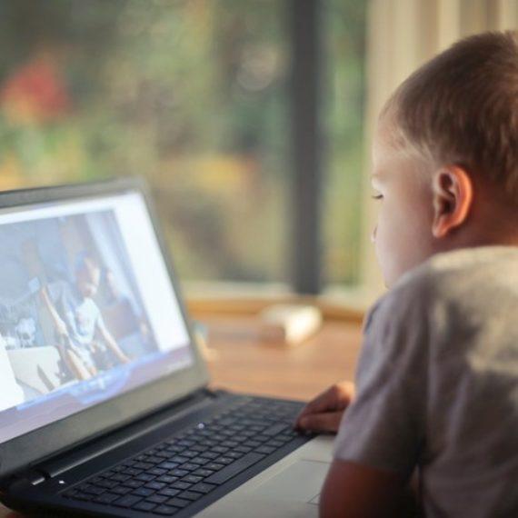 Crianças devem passar menos tempo sentadas e praticar mais atividades físicas, orienta OMS