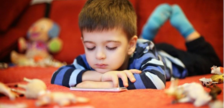 Sociedade Brasileira de Pediatria faz alerta sobre impacto do uso excessivo da internet para o seu filho