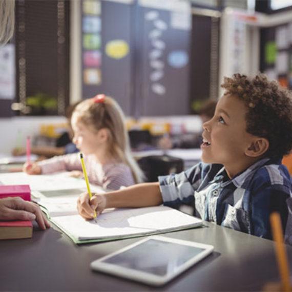 Estudo revela que o uso excessivo de tecnologias pode afetar a escrita à mão do seu filho