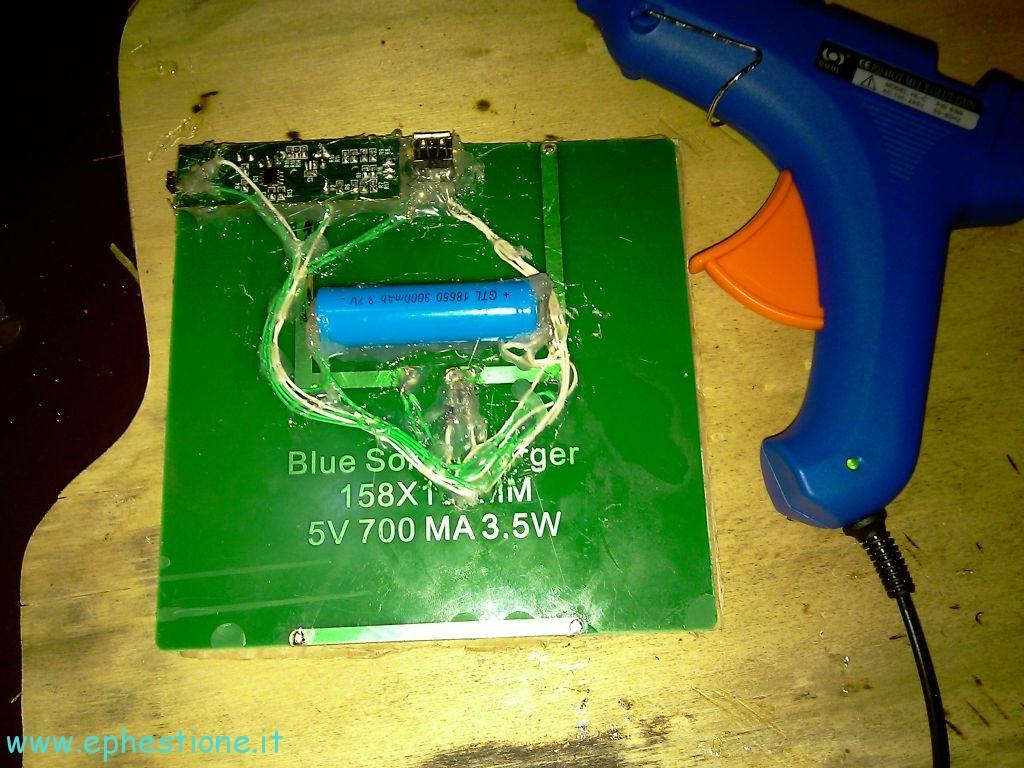 Pannello Solare Con Porta Usb : Costruire un caricatore a pannello solare con batteria di