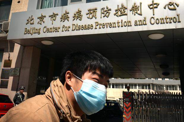 Um chinês deixa o Centro de Controle e Prevenção de Doenças em Pequim em 18 de abril de 2013 (Mark Ralston/AFP/Getty Images)