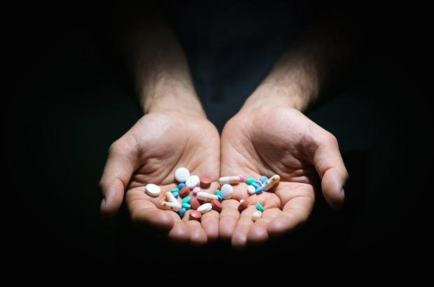 Um punhado de drogas (Benjamin Chasteen/The Epoch Times)