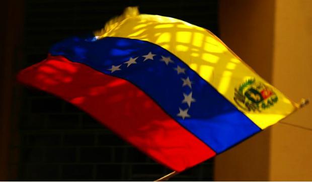 Bandeira da Venezuela, com a modificação estatal (Wikimedia Commons)