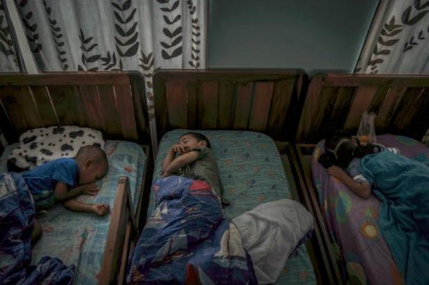 Crianças dormem em Hogar Home, segundo maior orfanato particular na Venezuela