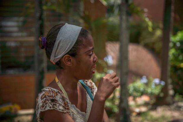 Dayana Silgado chora ao sair de uma visita de domingo aos seus filhos deixados na Fundana