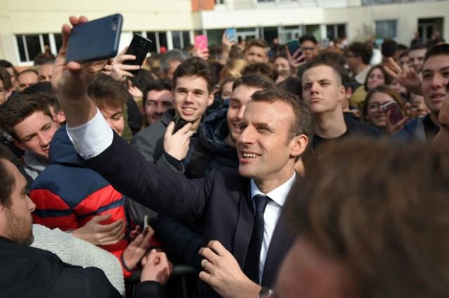 Presidente da França Emanuel Macron tira uma selfie junto a estudantes (Guillaume SWouvant/AFP/Getty Images)