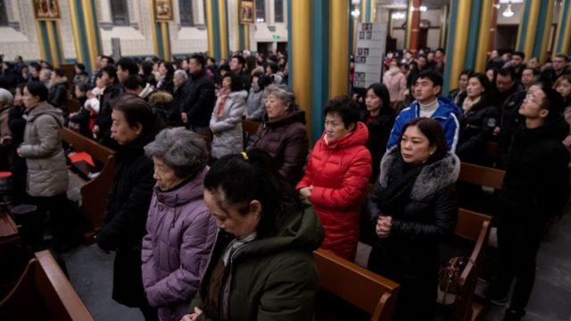 Adoradores participam de uma missa de véspera de Natal na Catedral de Xishiku em Pequim em 24 de dezembro de 2019 (NOEL CELIS / AFP via Getty Images)