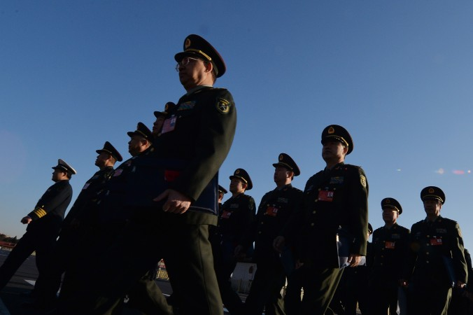 Militares chineses chegam ao Congresso Popular Nacional (APN), no Grande Salão do Povo (Mark Ralston / AFP / Getty Images)