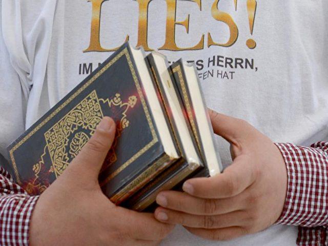 Ein Salafist verteilt kostenlose Koran-Exemplare an Passanten. Die islamistische Szene in Deutschland wächst kontinuierlich. Foto: Britta Pedersen/Archiv/dpa
