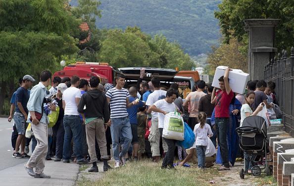 Migranten in einem Ersatzlager in Traiskirchen, Österreich. Wien weigert sich bis nächste Woche, neue Asylbewerber aufzunehmen. Viele davon sind auf der Durchreise nach Deutschland. Foto: JOE KLAMAR / AFP