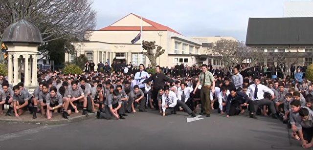 Eine Schule in Neuseeland Diese Schler fhren ein Haka