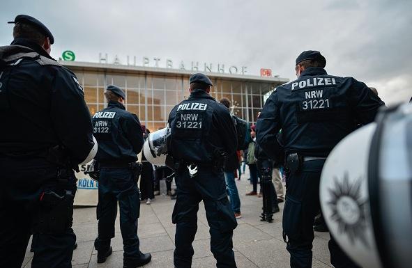 Polizei am Kölner Hauptbahnhof Foto: Sascha Schuermann/Getty Images