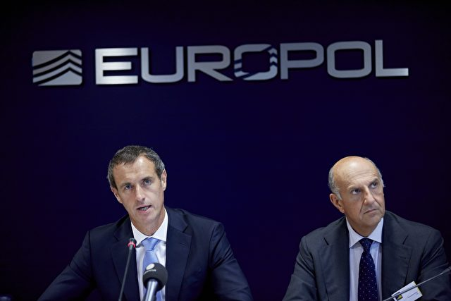 Europol-Direktor Rob Wainwright (L). Foto: Martijn Beekman/AFP/Getty Images