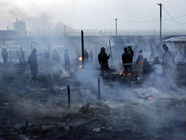 """Nach einem Feuer herrscht eine gespenstische Stimmung im französischen Flüchtlingscamp """"Dschungel"""" in Calais.Foto:Thibault Vandermersch/dpa"""