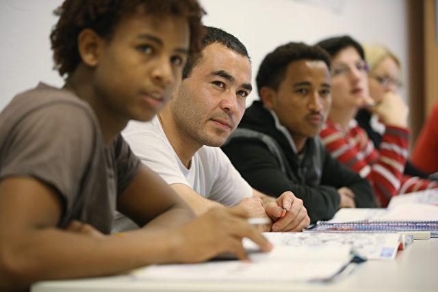 Migranten aus Eritrea, Afghanistan, Iran, Tschetschenien und Somalia beim Lernen an den Euro-Schulen Potsdam, November 2015. Foto: Sean Gallup/Getty Images