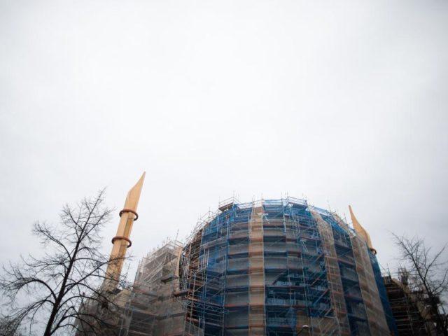 Die DITIB-Zentralmoschee in Köln - Der größte Islam-Dachverband Ditib untersteht der türkischen Religionsbehörde. Der Verband und ist damit, so sagen Kritiker, dem direkten Einfluss von Präsident Recep Tayyip Erdogan ausgesetzt. Foto: Rolf Vennenbernd/Archiv/dpa