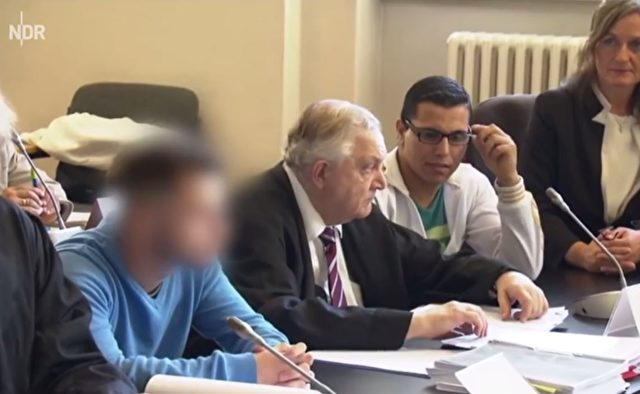 Bosko P. (21, 2.v.r.) ist der älteste der Angeklagten jungen Serben Foto: Screenshot/Youtube