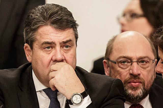 Martin Schulz (R) Präsident des Europäischen Parlamentes und Vizekanzler Sigmar Gabriel (L) Foto: Carsten Koall/Getty Images
