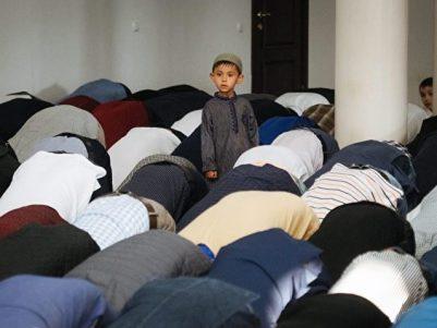 Ein junger ukrainischer Muslim beim morgendlichen Gebet zum Opferfest Eid al-Adha - das zusammen mit dem Fastenbrechen nach Ramadan als die wichtigste islamische Feier gilt. Foto:Roman Pilipey/dpa