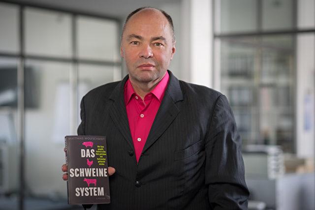 """Autor Matthias Wolfschmidt und sein Buch   """"Das Schweinesystem"""" Foto: foodwatch/Autor-Matthias-Wolfschmidt_Querformat-Druckauflsg"""