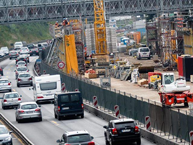 Baustelle auf der A7:Eine angebliche Privatisierung von Autobahnen sorgt für Unruhe. Foto: Markus Scholz/Archiv/dpa