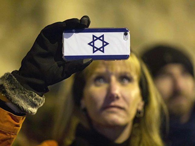 Siedler protestieren gegen das Urteil des höchsten israelischen Gerichts, das denAbriss der Siedlung Amona fordert. Foto:Abir Sultan/dpa