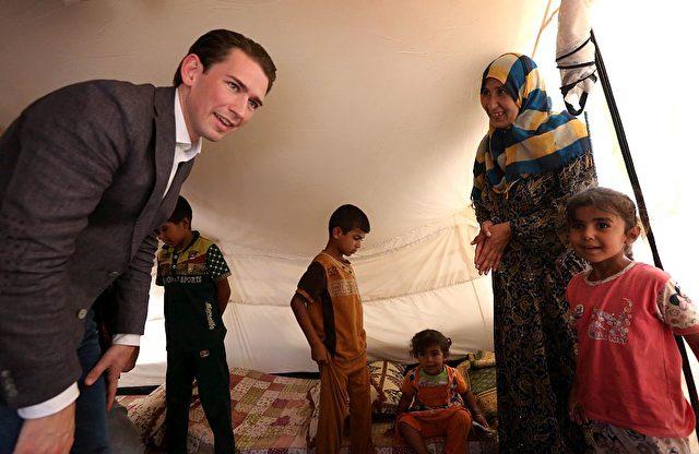 Österreichs Außenminister Sebastian Kurz in einem Flüchtlingslager im Irak. 16. July 2016. Foto: SAFIN HAMED/AFP/Getty Images