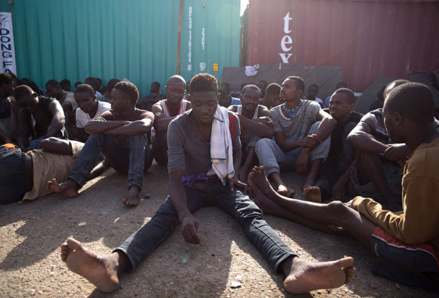 Menschen die aus Libyen fliehen wollen. Foto: STRINGER/AFP/Getty Images