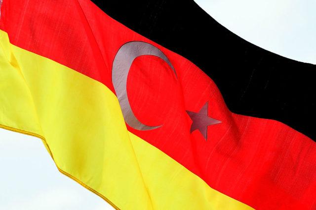 Die deutsche Nationalflagge mit dem türkischen Mondstern-Symbol auf einer Pro-Erdogan-Demonstration in Köln. 31. July 2016. Foto: Sascha Steinbach/Getty Images