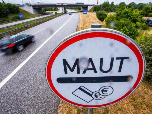 Verkehrsminister Dobrindt verspricht, dass nach Abzug der Kosten jährlich rund 500 Millionen Euro der Maut-Einnahmen zweckgebunden für Investitionen ins Straßennetz übrig bleiben sollen. Foto: Jens Büttner/Archiv/dpa