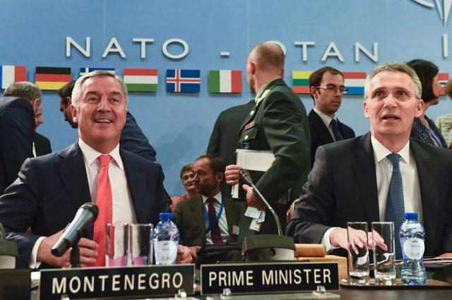 Montenegro's Premierminister Milo Dukanovic (l) und NATO-Generalsekretär Jens Stoltenberg. Im Mai 2016 im NATO-Hauptquartier in Brüssel. Foto: JOHN THYS/AFP/Getty Images