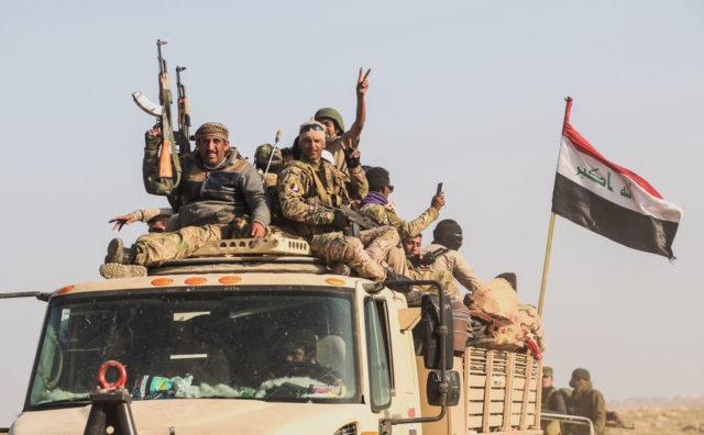 Sunnitische Kämpfer im irakischen Mossul helfen die Stadt vom IS zu befreien. Foto: AHMAD AL-RUBAYE/AFP/Getty Images
