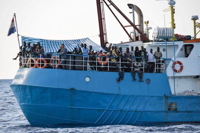NGOs helfen Migranten aus Afrika bei der illegalen Einwanderung nach Europa. Foto: ANDREAS SOLARO/AFP/Getty Images