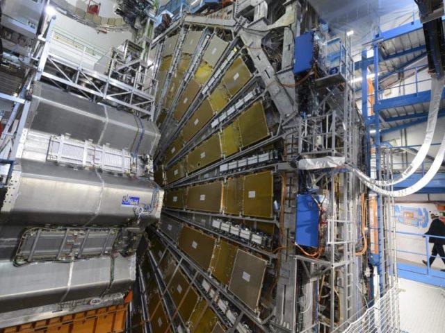 Nach einer mehrwöchigen Anlaufphase läuft der weltgrößte Teilchenbeschleuniger in Genf nun wieder auf Hochtouren.Foto:Laurent Gillieron/dpa